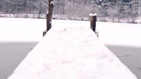 Une passerelle au-dessus d'un lac congelé banque de vidéos