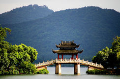 Une passerelle de pavillon dans le lac occidental, Hangzhou, porcelaine Image stock