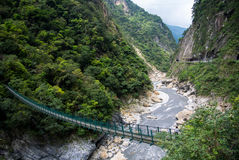 Une passerelle de suspension croisant le parc national de gorge de Taroko, Taïwan Photographie stock libre de droits