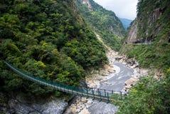 Une passerelle de suspension croisant le parc national de gorge de Taroko, Taïwan Photographie stock libre de droits