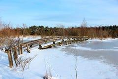 Une passerelle en bois au-dessus d'un fleuve figé Image stock