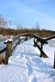 Une passerelle en bois avec la neige Photo stock