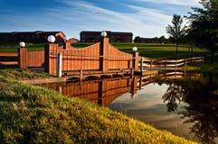 Une passerelle en bois classique avec le coucher du soleil Photographie stock libre de droits
