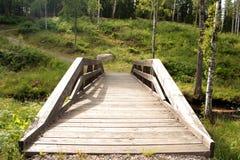 Une passerelle en bois en Suède Image libre de droits