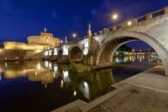 Une passerelle et un château plus anciens Sant Angelo Images libres de droits