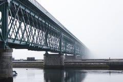 Une passerelle métallique en jour brumeux Image stock