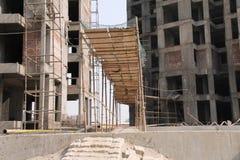 Une passerelle provisoire au site en construction Photographie stock