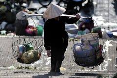 Une pauvre femme sur le marché occupé au Vietnam Photos libres de droits
