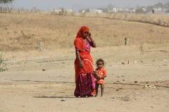 Une pauvre mère indienne avec son fils Images stock