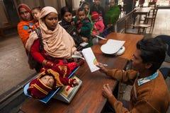 Une pauvre mère musulmane est venue avec son enfant à une clinique photos libres de droits