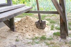 Une pelle à construction dans le sable Image libre de droits