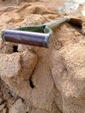 Une pelle à construction sur le sable Photographie stock libre de droits