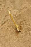Une pelle creusant dans la pile Photo libre de droits