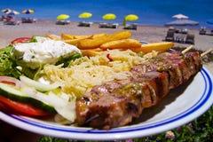 Une pelle de viande sur la plage en Grèce images libres de droits
