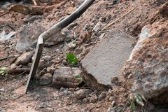 Une pelle et une pile des débris de construction image libre de droits