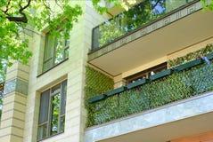 Une pension d'été balcons aux usines avec des fleurs marche à la nuance fraîche des arbres images libres de droits