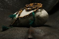 Une perle placée sur une pierre photo libre de droits
