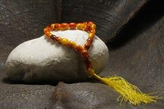 Une perle placée sur une pierre image libre de droits