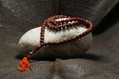Une perle placée sur une pierre images stock