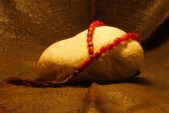 Une perle placée sur une pierre images libres de droits