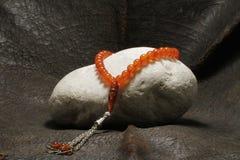 Une perle placée sur une pierre photos libres de droits