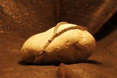 Une perle placée sur une pierre photo stock
