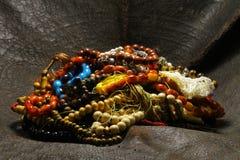 Une perle placée sur une pierre photos stock