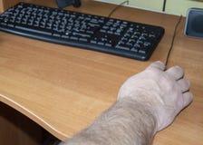 Une personne âgée, un retraité, un handicapé employant une souris d'ordinateur, travaillant sur un ordinateur, travail à la maiso photo stock