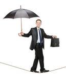 Une personne d'affaires retenant un parapluie Photos stock