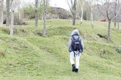 Une personne entrant dans la montagne Images libres de droits
