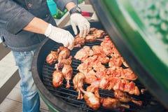 Une personne fait cuire la viande pour le barbecue pour des invités, amis Diner mangeant le concept Buffet de nourriture Diner de Images stock