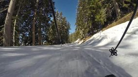 Une personne skiant en bas d'une pente de montagne banque de vidéos