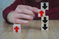 Une personne tire un des cubes en bois se tenant sur la table, tous sont noire, à moins qu'ils tirent image libre de droits
