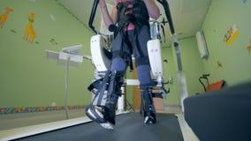 Une personne utilise un simulateur de marche pour des handicapés banque de vidéos