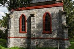 Une petite église en pierre de pays dans les débuts de couleurs de chute Image libre de droits