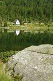 Une petite église près du lac image libre de droits