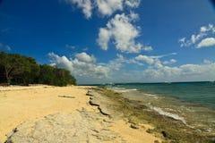 Une petite île à travers la plage vers la mer ouverte à l'île de Panglao, Bohol Photographie stock libre de droits