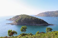 Une petite île parmi la couleur verte de la mer photographie stock libre de droits