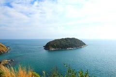 Une petite île se trouve outre de la côte de Phuket Image libre de droits