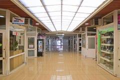 Une petite arcade commerciale d'achats outre de Rue de Sebastopol à Noumea Images libres de droits