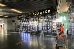 Une petite boutique à l'aéroport international Moscou de Vnukovo - juillet 2017 Photographie stock libre de droits