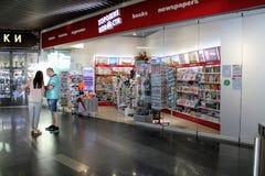 Une petite boutique à l'aéroport international Moscou de Vnukovo - juillet 2017 Photographie stock