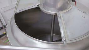 Une petite brasserie Navires pour le brassage Réservoir vide en métal à l'intérieur clips vidéos