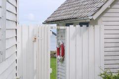 Une petite cabine près de bord de la mer Image libre de droits