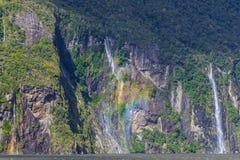 Une petite cascade à écriture ligne par ligne chez Milford Sound Photos libres de droits