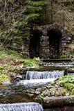 Une petite cascade à écriture ligne par ligne Rivière de montagne dans les Carpathiens Photos stock