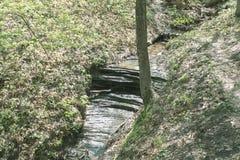 Une petite cascade ? ?criture ligne par ligne photo stock