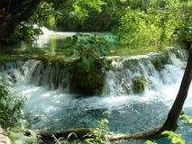 Une petite cascade en parc national Plitvika Jezera Image libre de droits