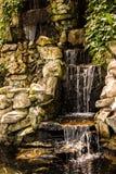 Une petite cascade rocheuse photo stock