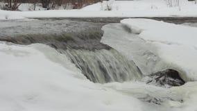 Une petite cascade un jour d'hiver banque de vidéos